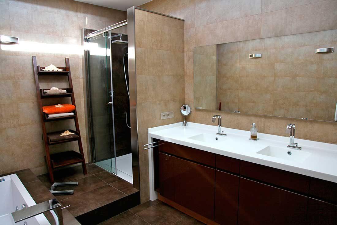 Interior baño y muebles de aseo personal