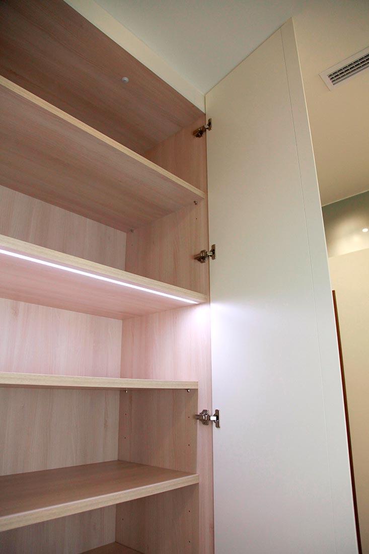 Interior de armarios con luz
