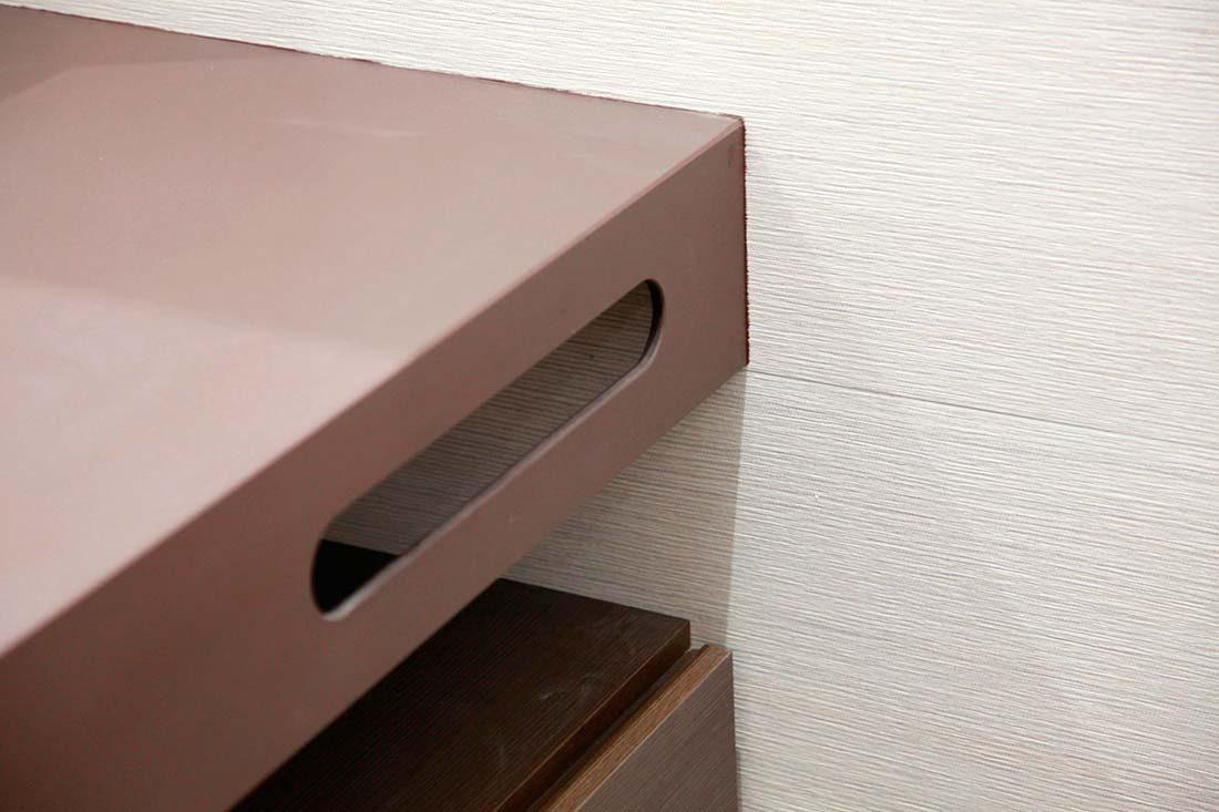 Mueble con colgador de tollas integrado